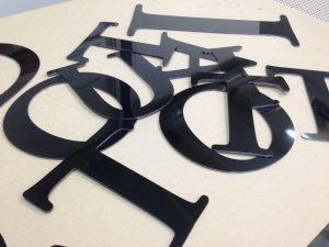 lettre découpée dibond noir relief vikubond enseigne