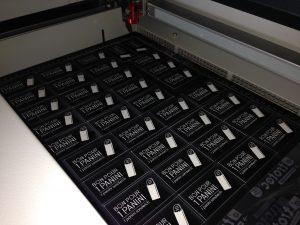 plaquettes gravées au laser